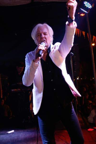 Sergio Denis en el escenario de Colonia Hinojo.